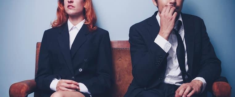 twee sales kandidaten wachtend op solliciatiegesprek