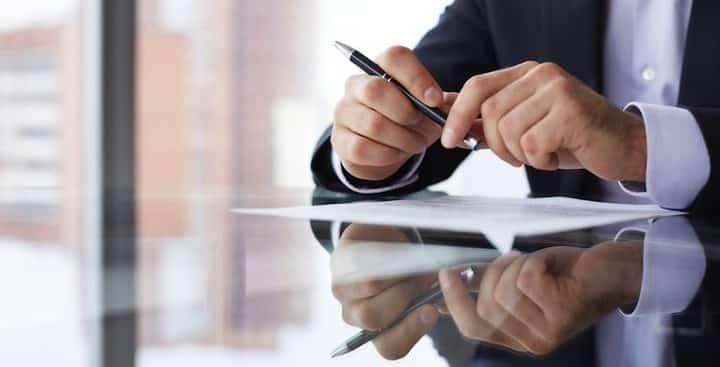 Jonge man tekent arbeidsovereenkomst