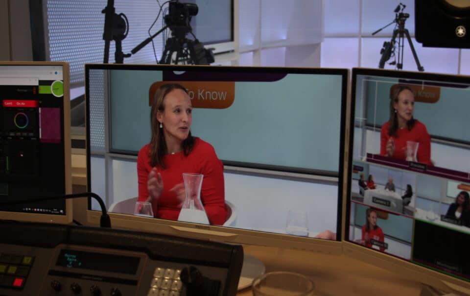 Live online uitzending webinar met dame in rode jurk
