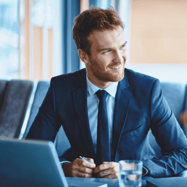 jonge sales professional in pak met stropdas