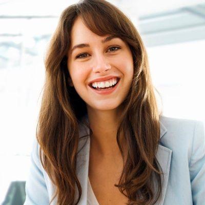 Accountmanager vrouw kijkt lachend aan