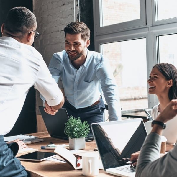 Mannen schudden handen na akkoord deal